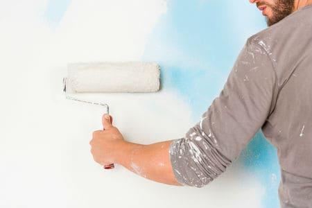 צביעת קיר על ידי צבעי