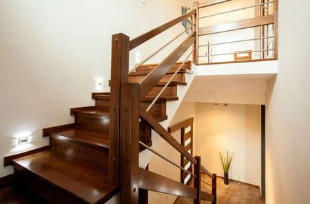 צביעת חדר מדרגות בבית פרטי כולל צביעת מעקה