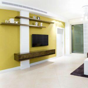 צביעת קיר בצהוב
