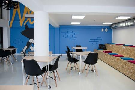 צביעת משרד בצבעים בהירים ומעוררים